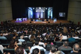Cerimônia de Colação de Grau lota Teatro Guararapes